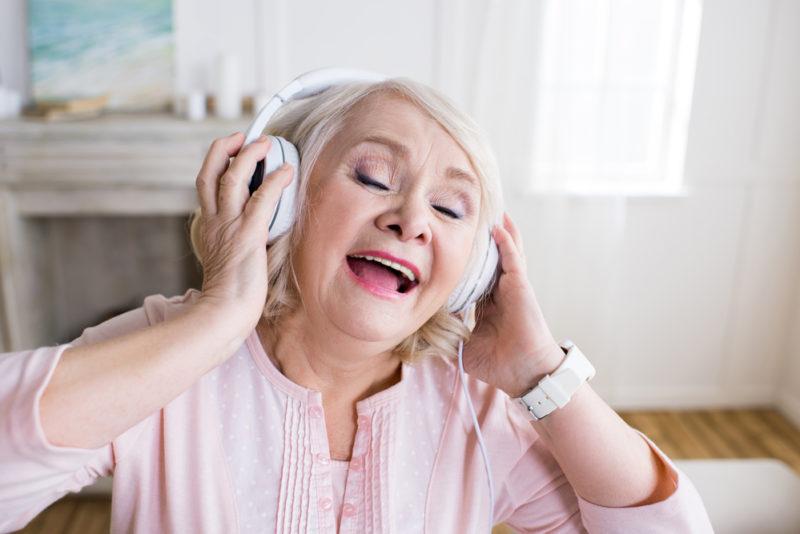 hacer feliz a una persona con Alzheimer